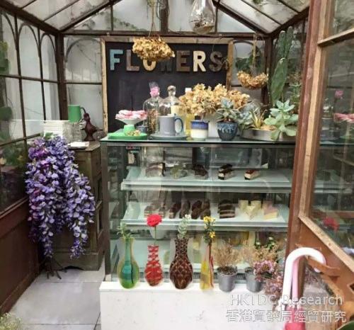 相片:设计像温室花园的咖啡店。