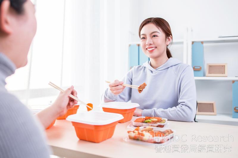 相片:年輕家庭在家中吃外賣。