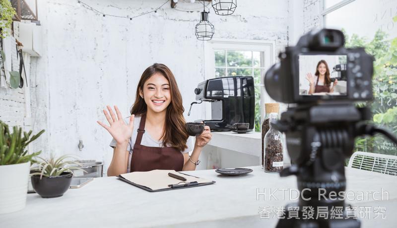 相片:网红拍摄短片介绍餐厅。