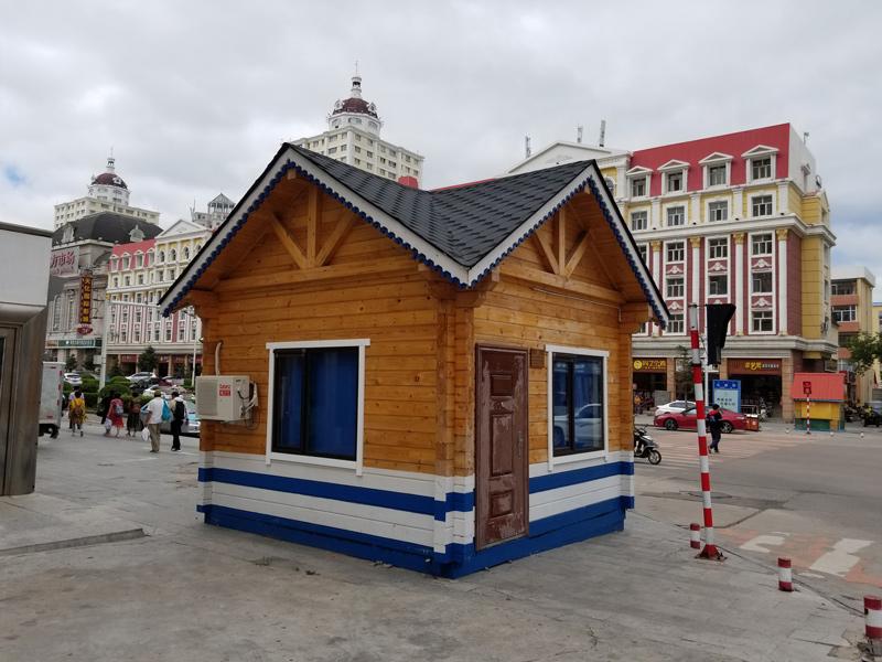 相片:凯润木业建造的木制岗亭于满洲里市内可见,为交通警察工作执勤之处。