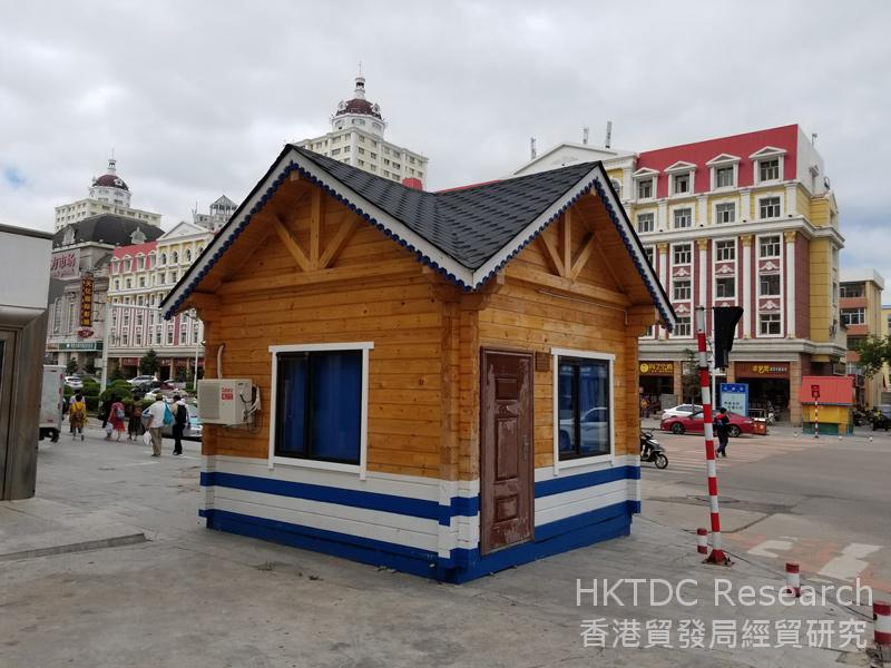 Photo: Kairun's wooden sentry box for traffic police: a common sight in Manzhouli.
