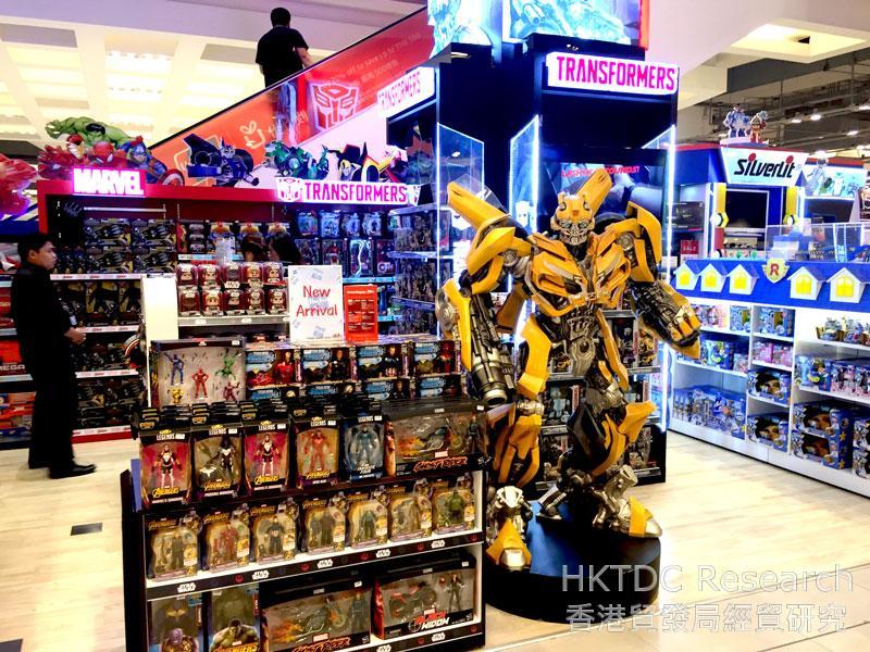 相片: 曼谷百货公司展示的授权玩具。(2)