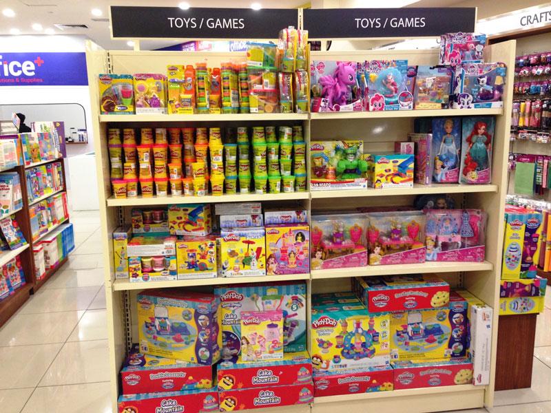 相片: 吉隆坡一家书店出售的玩具选择甚多(1)。