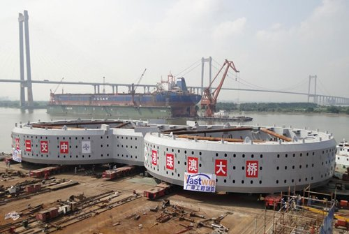相片:港珠澳大桥2,000吨钢套箱滚装作业。(相片由中海广瀛提供)