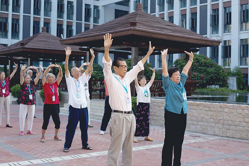 相片:老人正在參加養老院內舉辦的文娛活動 (2)