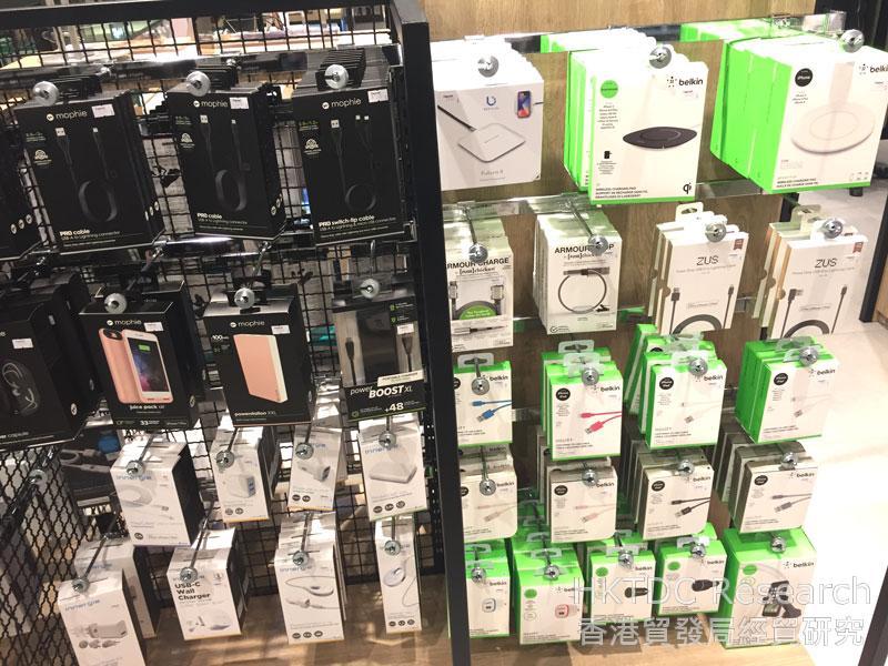圖: 在曼谷百貨公司出售的移動電源和相關產品。