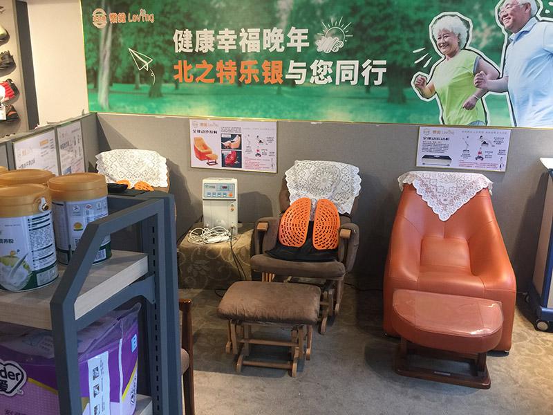 相片:北之特樂銀在店內陳列商品,供老人免費試用