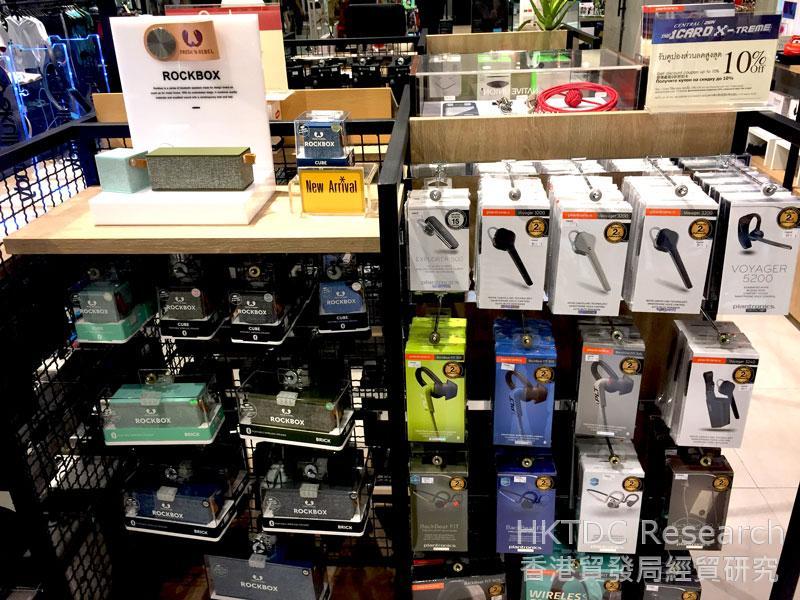 相片: 曼谷的百货公司售卖时尚电子产品配件(2)。