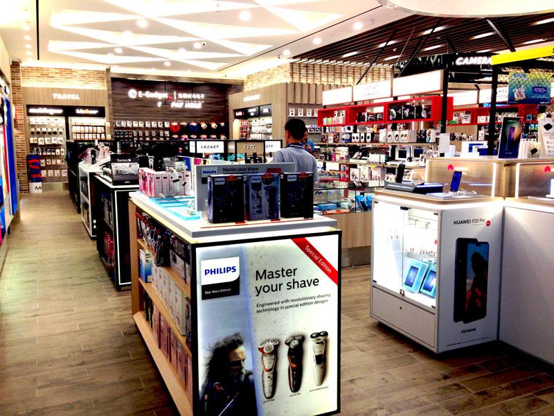 相片: 新加坡樟宜机场的免税电子产品专门店(1)。