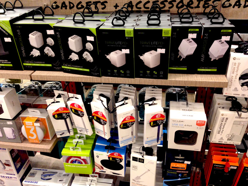 相片: 新加坡樟宜机场的免税电子产品专门店(2)。