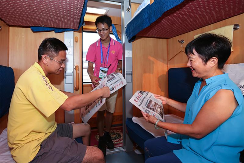 相片:南方快車上的導遊為客人派送當日報紙