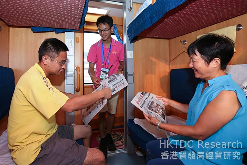 相片:南方快车上的导游为客人派送当日报纸