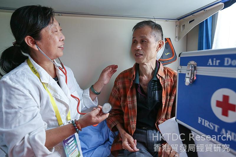 相片:南方快車上的醫務人員為旅客檢查身體