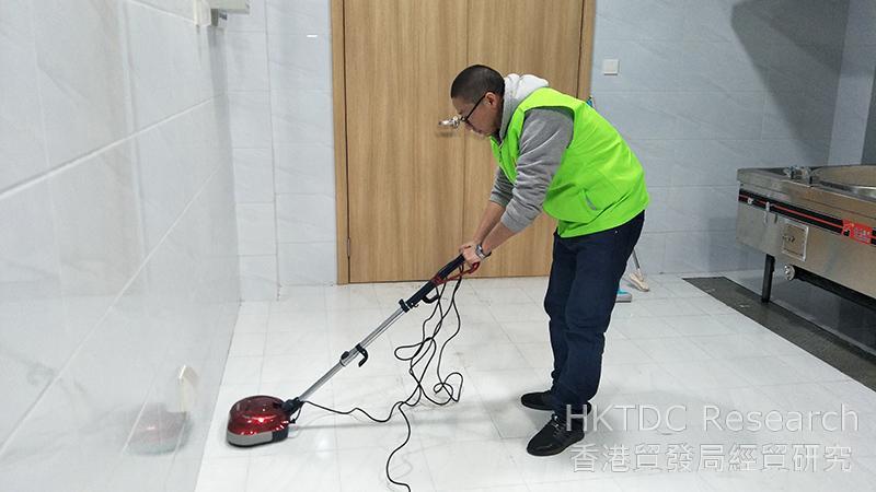 相片:朗力的團隊為客戶進行地面防滑處理