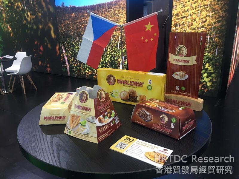 相片: 捷克公司在首届进博会展出传统糕点及马莲卡蜂蜜蛋糕(MARLENKA)。