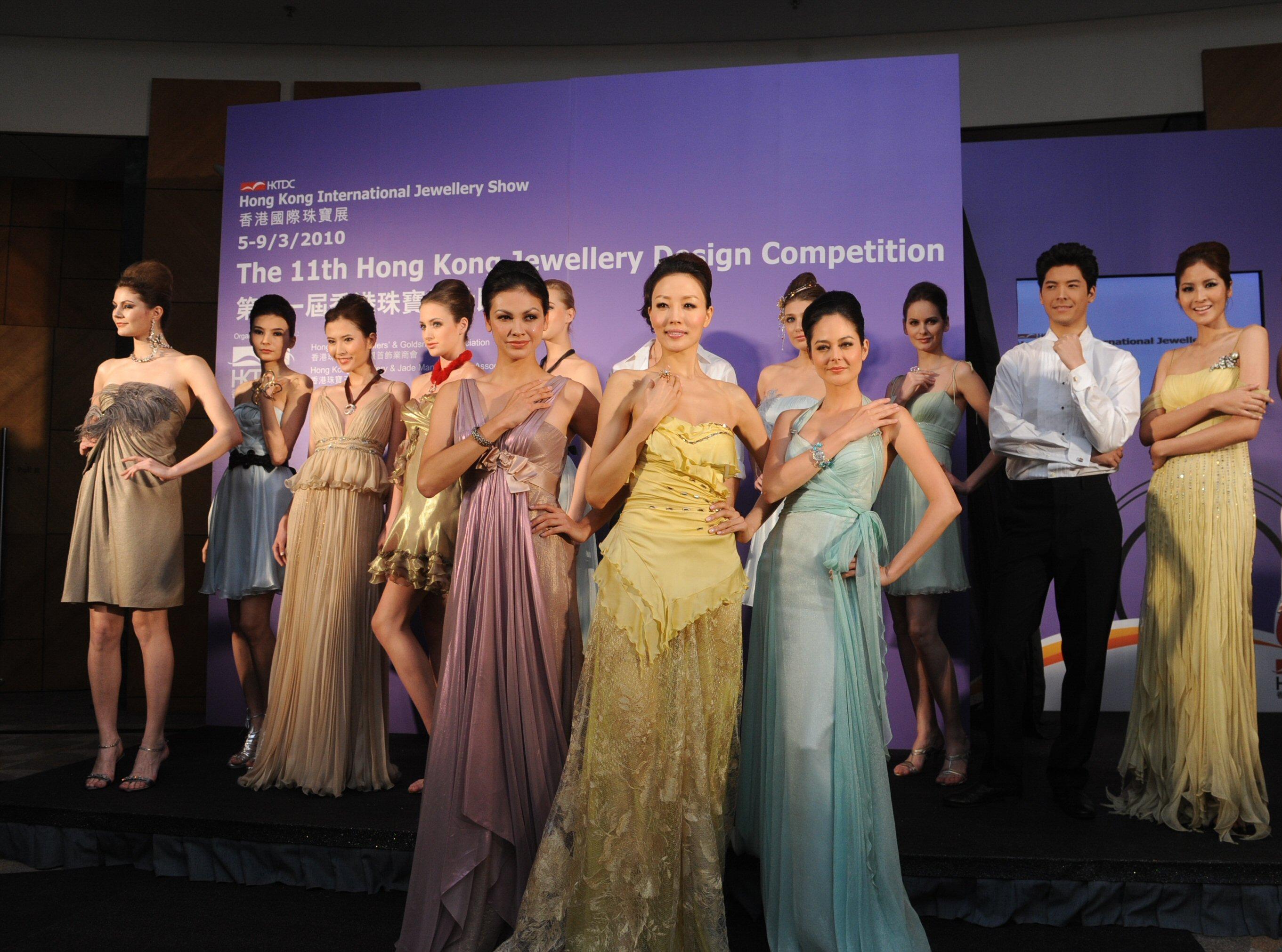 一众模特儿展示香港国际珠宝展部份展商的最新设计.